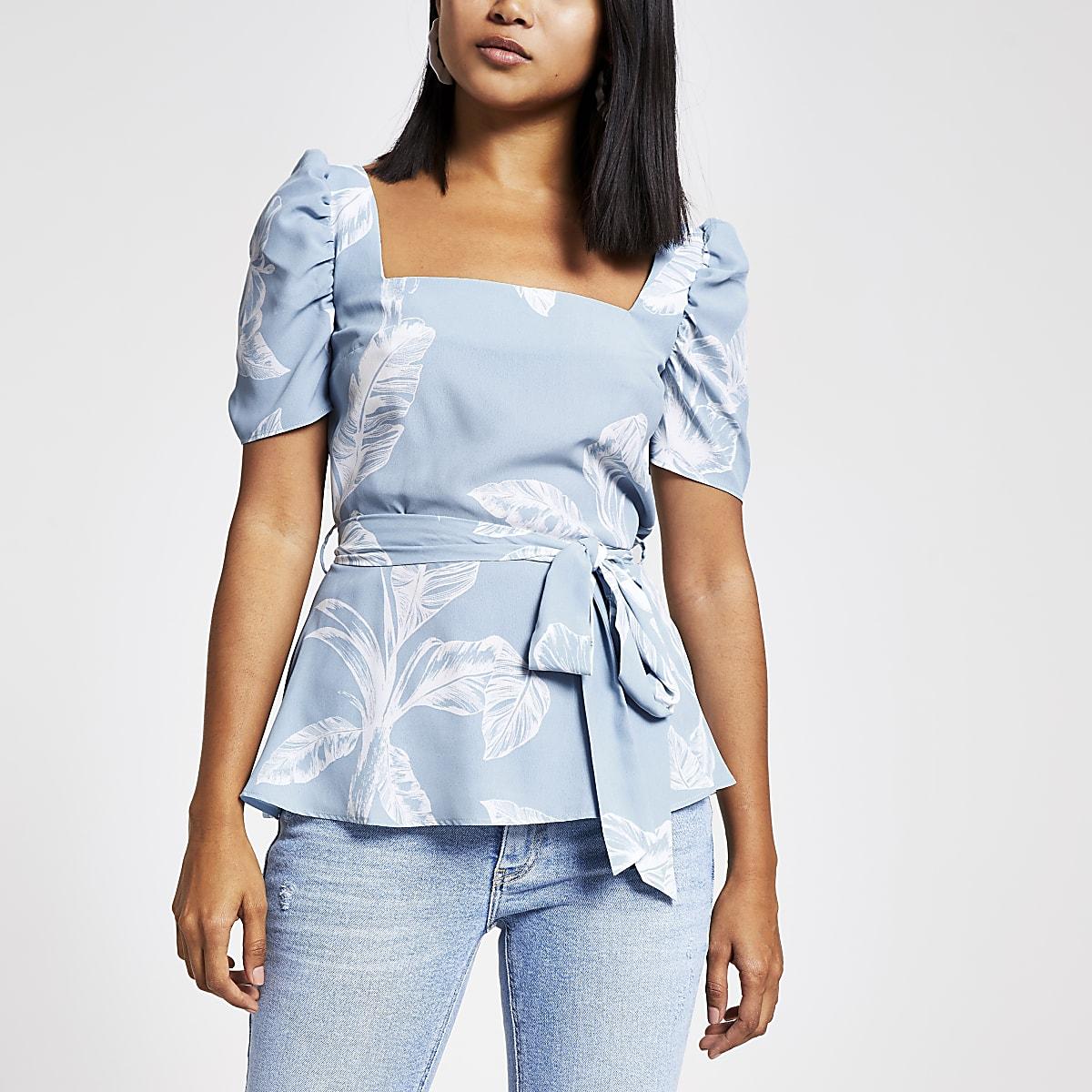 RI Petite - Blauwe top met vierkante hals en palmboomprint