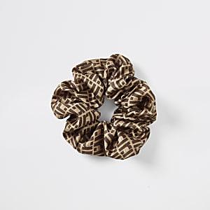 Bruine scrunchie met RI-monogram