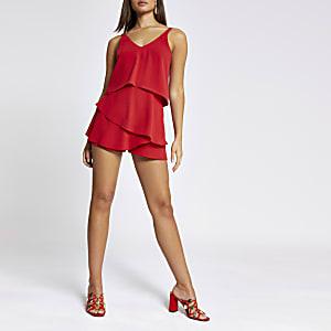 Roter Playsuit mit Rüschen