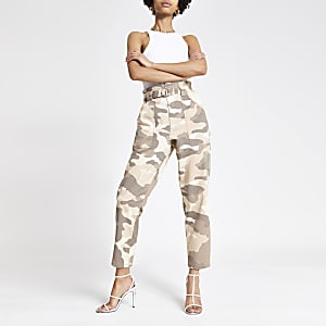 Beige Paperbag-Jeans mit Camouflage-Muster