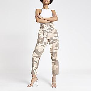 Beige geplooide jeans met camouflageprint