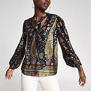 Zwarte blouse met paisleyprint en strik bij de hals