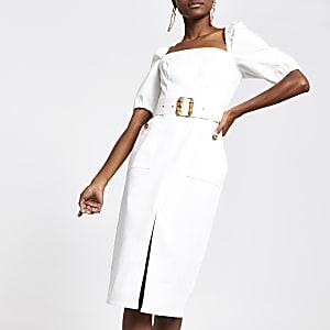 Robe Bardot blanche à ceinture et manches bouffantes