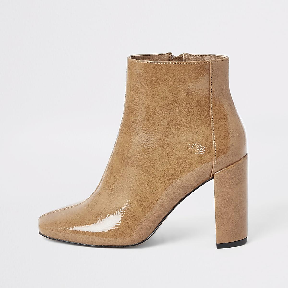 Beige lakleren laarzen met blokhak en vierkante neus