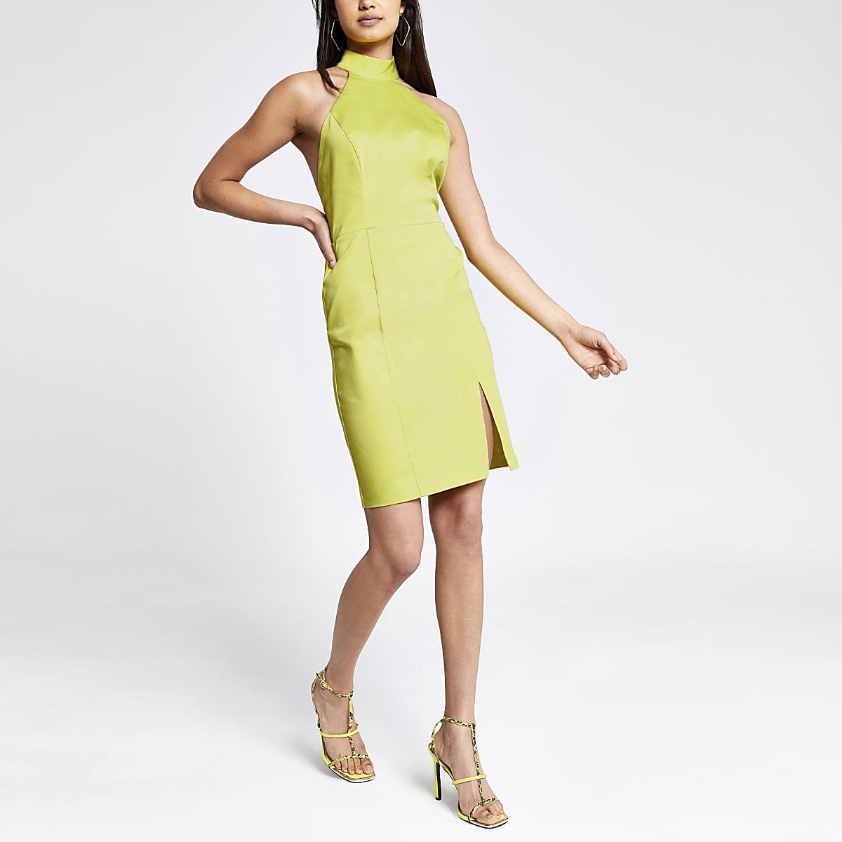Robe moulante vert citron à découpes dans le dos