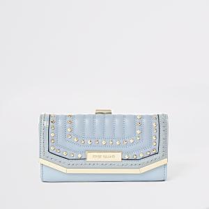 Porte-monnaie bleu matelassé clouté avec fermoir clip sur le dessus