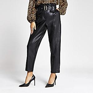 Zwarte broek van imitatieleer met ceintuur en hoge taille