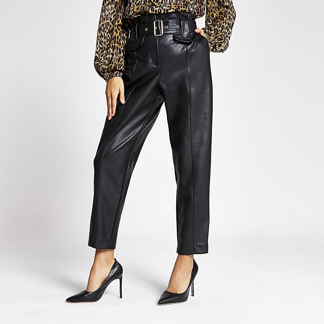 Schwarze, hochgeschnittene Hose aus Lederimitat mit Gürtel