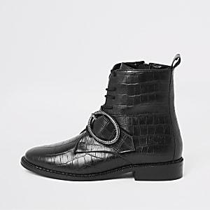Zwarte laarzen met vetersluiting, krokodillenprint en ronde gesp