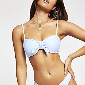 Haut de bikini bandeau bleu noué sur le devant