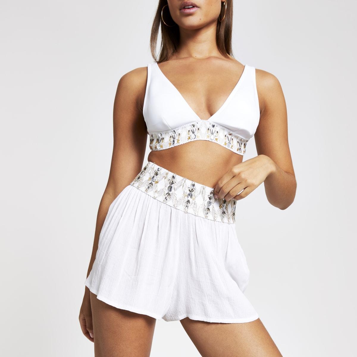 Weiße, verzierte Strandshorts