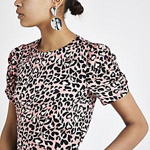 T-shirt à imprimé léopard rose avec manches bouffantes