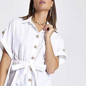 Chemise blanche nouée à la taille