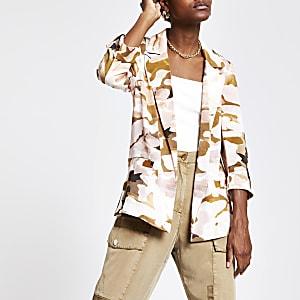 Pinker Blazer mit Camouflage-Design