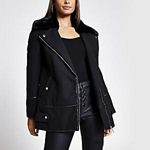 Zwarte jas met kraag van imitatiebont