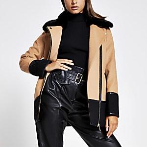 Camelkleurige jas met vlakken en kraag van imitatiebont