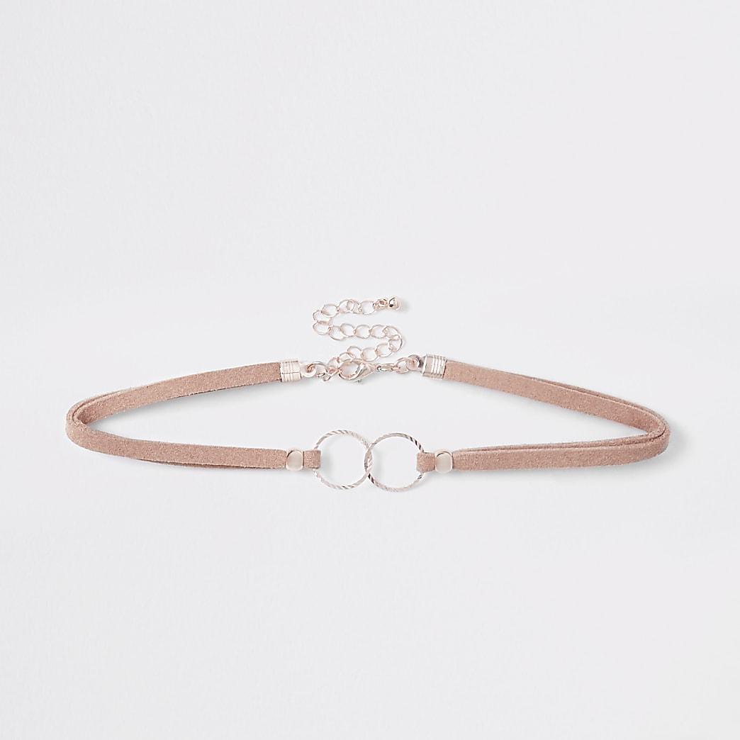 Collier ras-de-cou rose orné à anneaux entrelacés