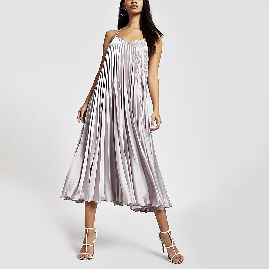 Roze satijnen geplooide maxi-jurk