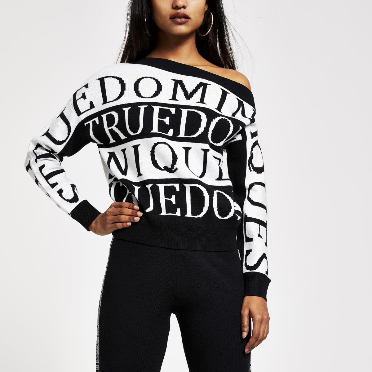 RI Petite - Zwarte pullover met blote schouder en 'Rue Dominique'-print