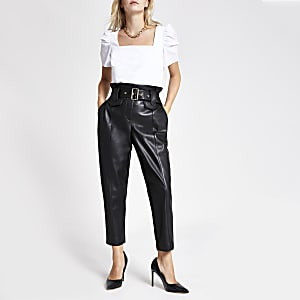 RI Petite - Zwarte broek van imitatieleer met geplooide taille
