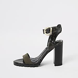 Kaki sandaal met reliëf en gespleten blokhak