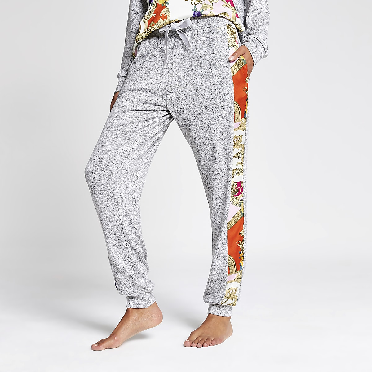 Grijze ruimvallende pyjamabroek met sjaalprint