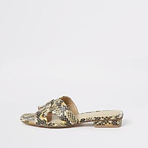 Beige, flache Sandalen in Schlangenlederoptik