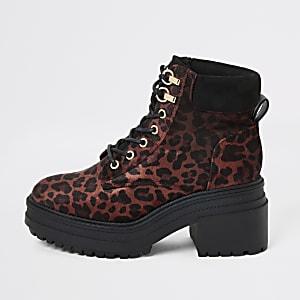 Rote, klobige Schnürstiefel mit Leopardenmuster