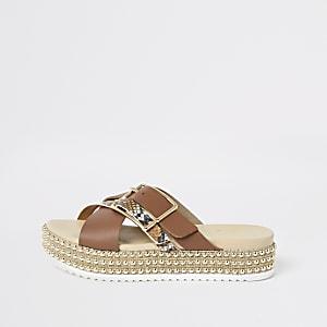 Braune, flache Sandalen mit Perlenverzierung