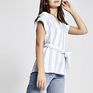 T-shirt rayé bleu noué à la taille
