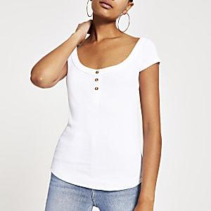 T-shirt blanc à encolure dégagée et boutons