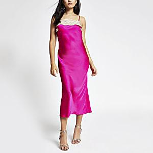 Robe mi-longue rose à bordure en dentelle