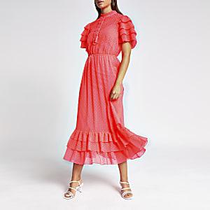 Robe mi-longue rose fluo à volants et col montant