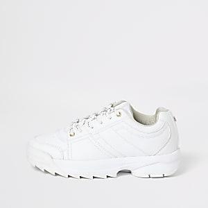 Grobe, weiße Sneaker zum Schnüren