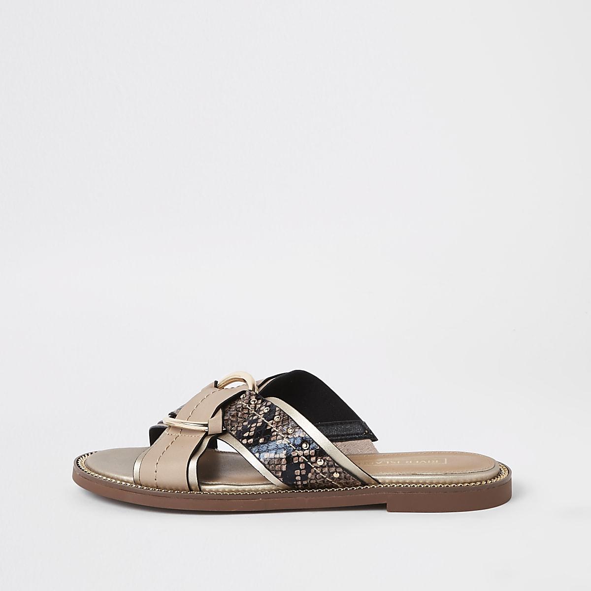 Beige sandalen met gekruiste bandjes met studs en brede pasvorm