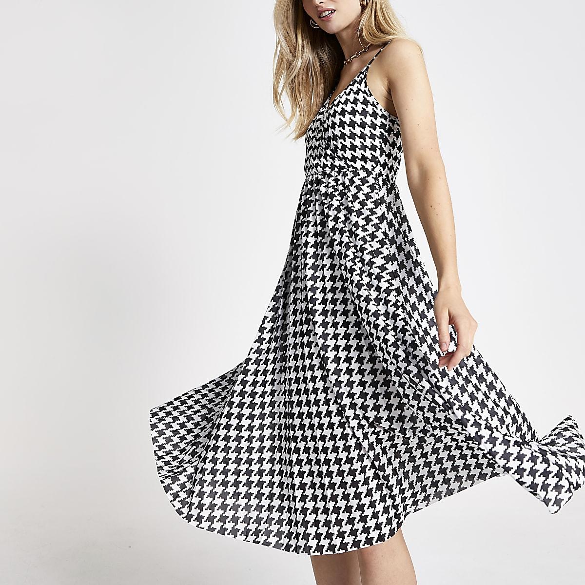 Witte geplooide jurk met overslag en pied-de-poule-print