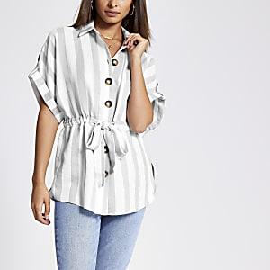 Chemise rayée grise nouée à la taille