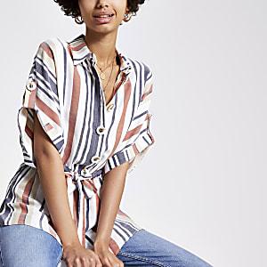 Chemise rayée marron nouée à la taille