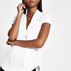 Weiße, kurzärmelige Bluse mit Bindeband am Ausschnitt