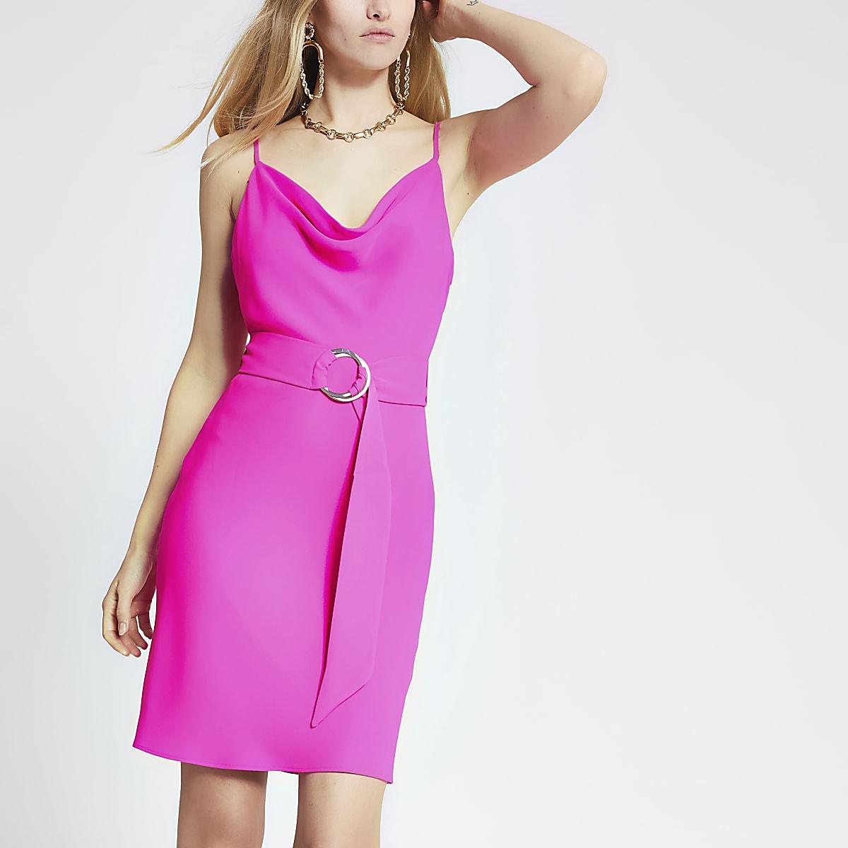 Roze slipdress met losvallende col en ceintuur