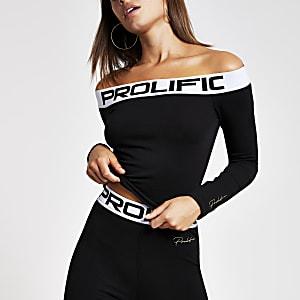 Zwarte bardottop met 'Prolific'-print