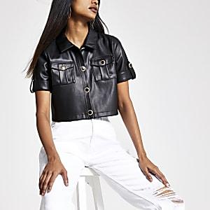 Petite – Schwarzes, kurzes Hemd aus Lederimitat
