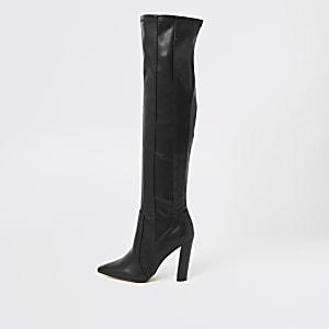 Schwarze, spitze Overknee-Stiefel in weiter Passform