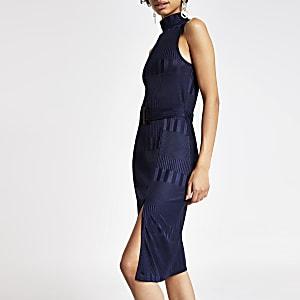 Blaues, hochgeschlossenes Kleid
