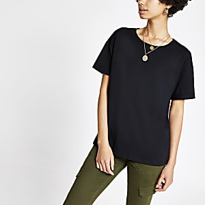 Schwarzes T-Shirt mit Ärmeln zum Umschlagen