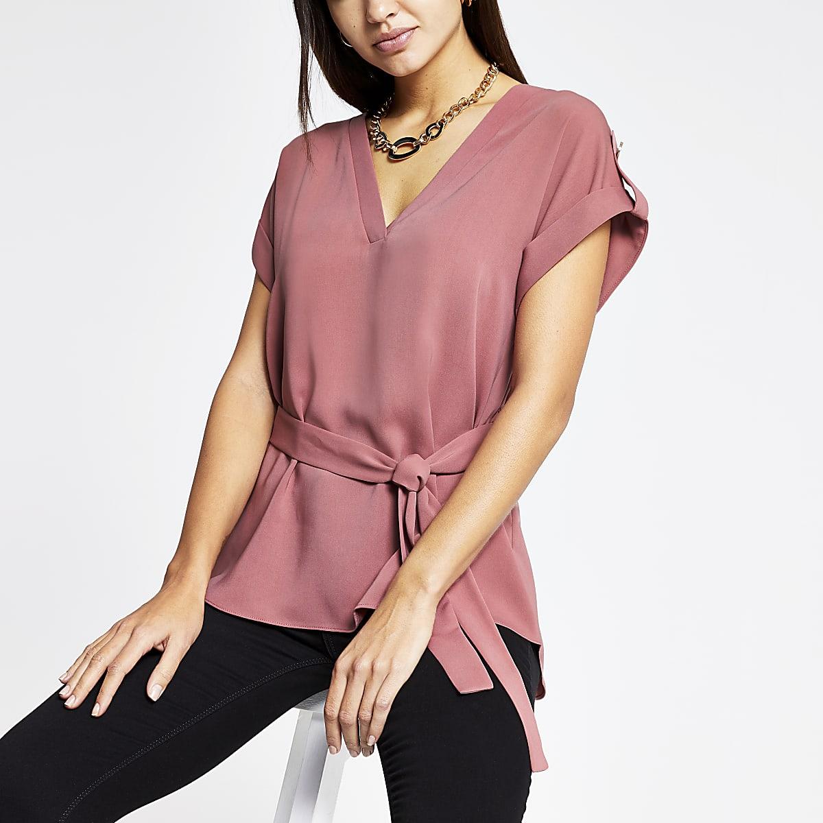 Rosa T-Shirt mit Gürtel