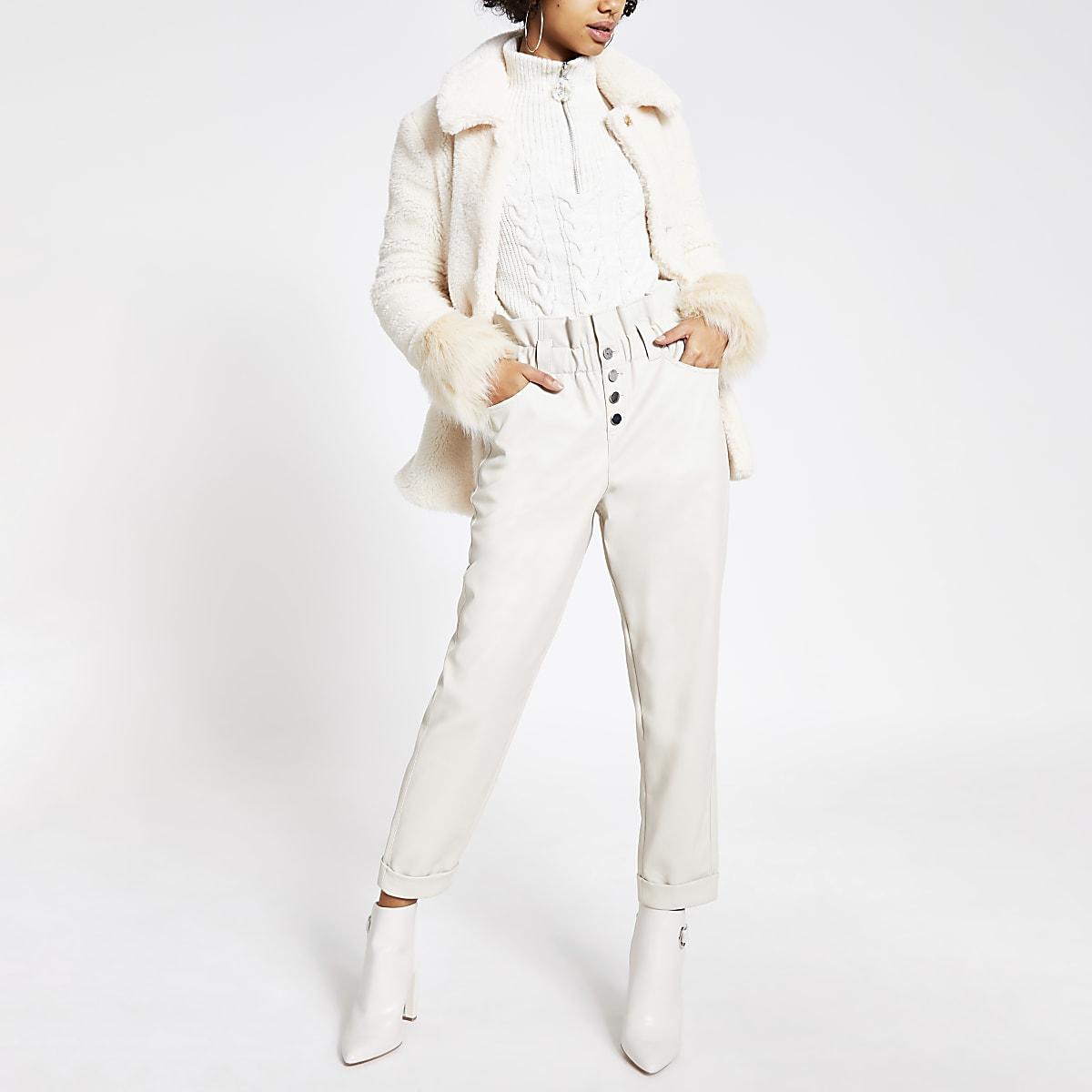 Crème broek van imitatieleer met geplooide taille en knopen