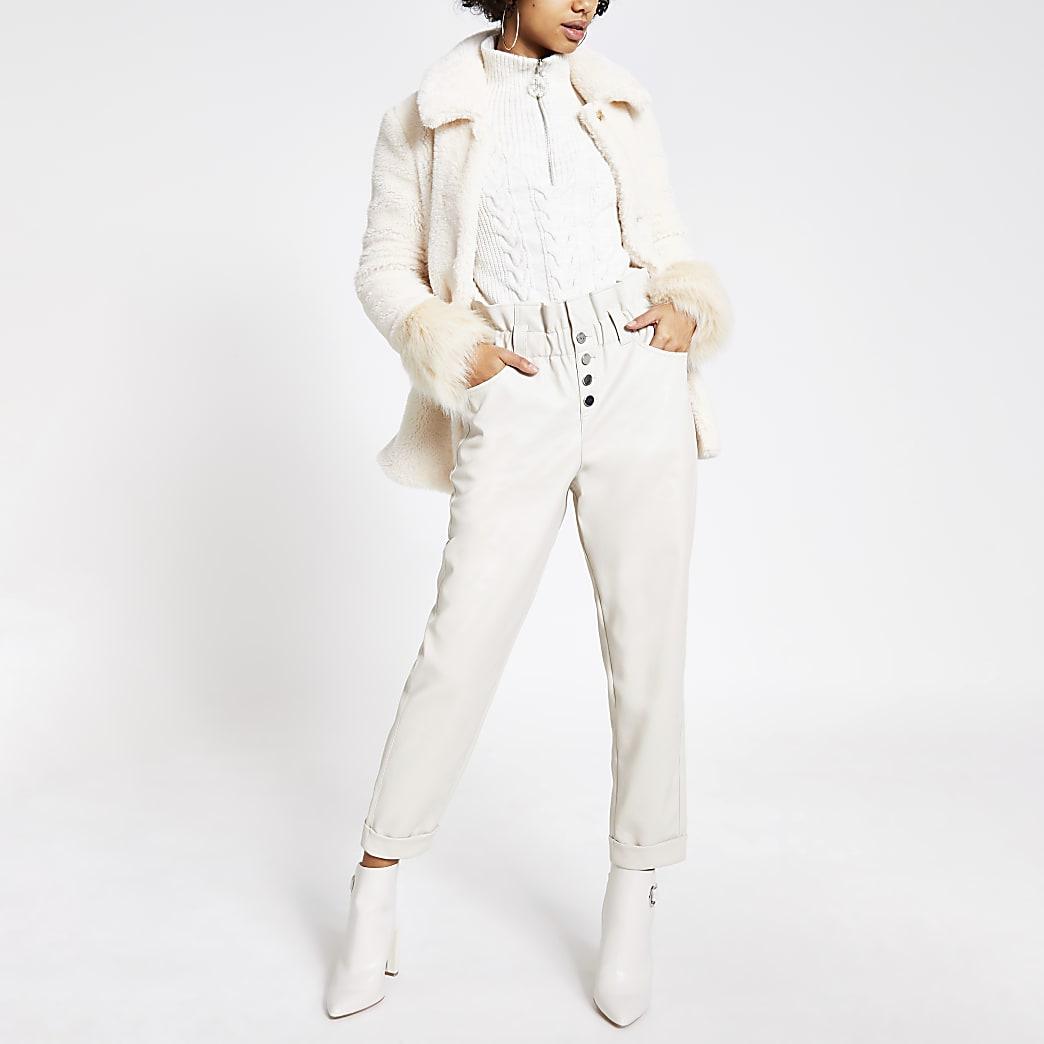Pantalon en cuir synthétique crème à taille haute ceinturée et bouton