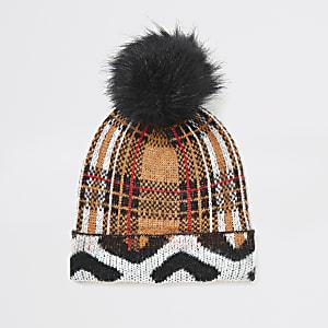Beigefarbene, karierte Beanie-Mütze mit Bommel aus Kunstfell