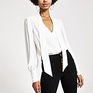 Weiße, langärmelige Bluse mit Bindeband am Ausschnitt